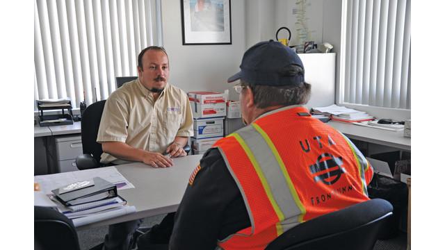 rail-supervisor-talking-to-ope_10810968.tif